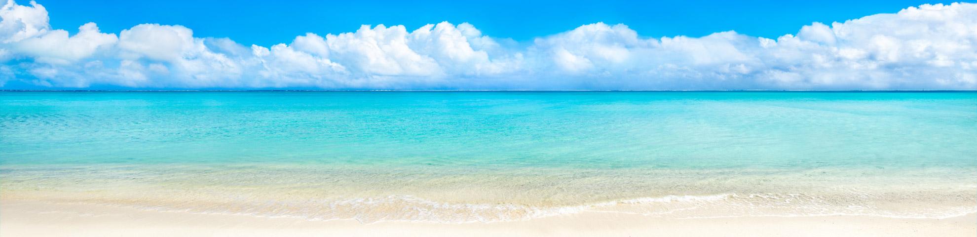 Ein karibischer Strand und Meer mit türkisfarbenem Wasser - Hintergrundbild des Sliders der Seite Schätze
