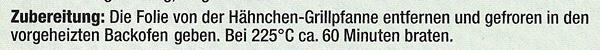 Aufschrift der Rückseite einer Hähnchen-Verpackung: Die Folie von der Hähnchen Grillpfanne entfernen und gefroren in den vorgeheizten Backofen geben. Bei 225 °C ca. 60 Minuten braten.