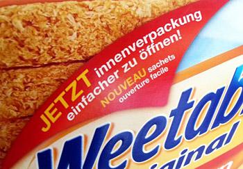 Verpackungsauftext eines Kartons für Frühstückscerealien: Jetzt innenverpackung einfacher zu öffnen! (innenverpackung klein geschrieben)