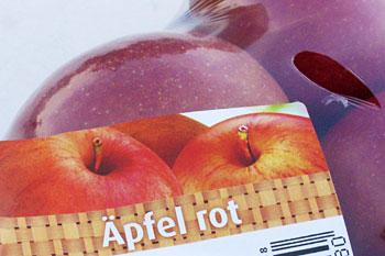 Verpackungsaufschrift einer durchsichtigen Verpackung mit roten Äpfeln: Apfel rot