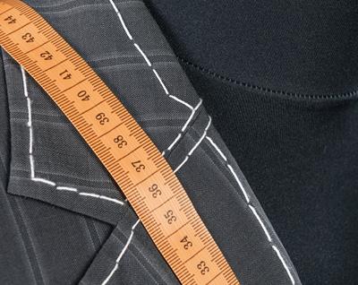 Ein Anzug während einer Änderung mit darübergehängtem Maßband