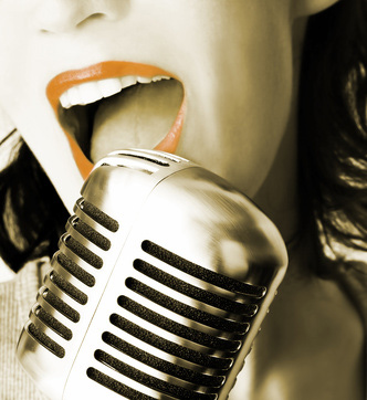 Eine Sängerin mit Mikrofon