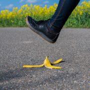 Jemand tritt in eine Bananenschale