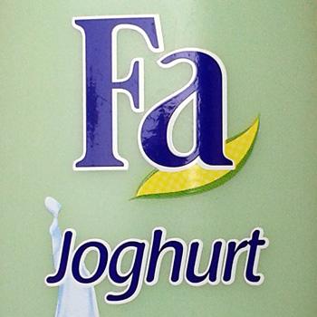 Detail einer Duschgelflasche mit der Aufschrift: Fa Joghurt