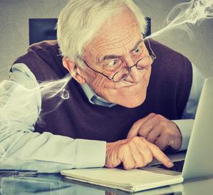 Senior vor dem PC mit irrem Blick und Rauch aus den Ohren