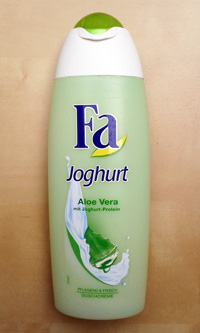 Komplette Duschgelflasche mit der Aufschrift: Fa Joghurt