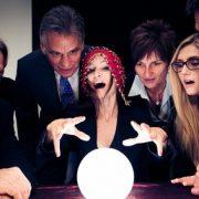 Businessmenschen um eine Glaskugel versammelt