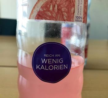 """Getränkeflasche mit der Etikett-Aufschrift """"Reich an: Wenig Kalorien"""""""